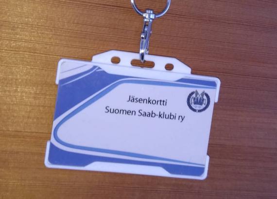 Saab-klubin klubikortti valkoisessa kortinpidikkeessä.