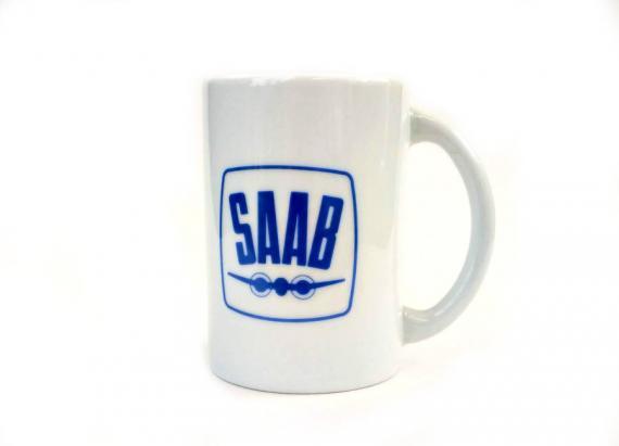 Valkoinen korkea kahvikuppi vanhalla Saab-logolla