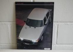 Esitteen kuva, kannessa harmaa Saab 900