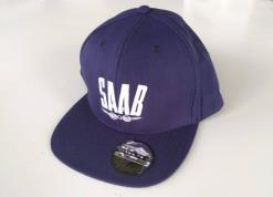 Sininen lippis, jossa brodeerattu vanha Saab-logo